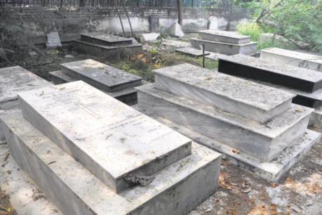 কবৰৰ পৰা খান্দি উলিয়ালে ৯০ বছৰীয়া বৃদ্ধৰ মৃতদেহ, তাৰ পিছত কাটিলে ডিঙি